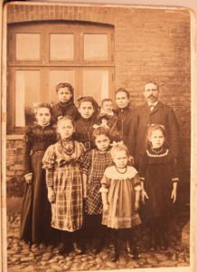 Helene Auguste und Hermann Christian Isidor Berghausen fotografierten in Herning, Dänemark, mit acht Töchtern um 1911.